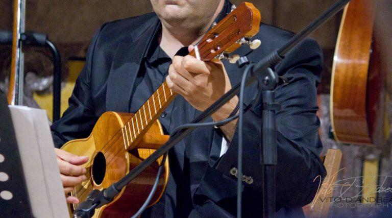 Strumenti Musicali: Cuatro. Strumenti musicali latinoamericani. Cuatro suonato da luca fabrizio
