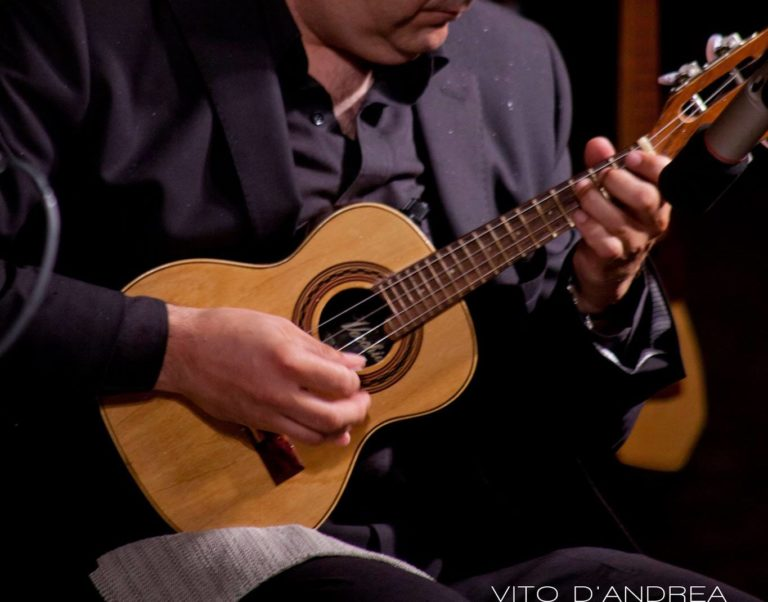 Strumenti Musicali: Cavaquinho. Strumenti musicali brasiliani. Cavaquinho suonato da luca fabrizio