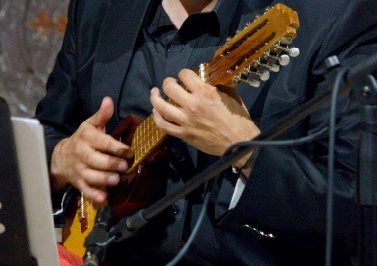 Strumenti Musicali: Charango. Strumenti musicali del Sudamerica. Charango suonato da luca fabrizio