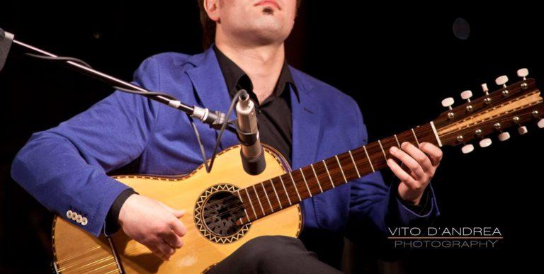 Strumenti musicali: Chitarra Battente, origini e significato. chitarra battente suonata da marcello de carolis