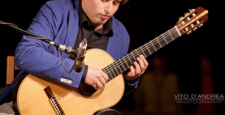 Strumenti musicali: Chitarra Classica nella musica popolare e colta. chitarra classica suonata da marcello de carolis e luca fabrizio