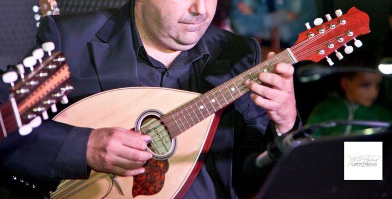 Strumenti Musicali a plettro: Mandola. Modelli di Mandola. mandola suonata da luca fabrizio