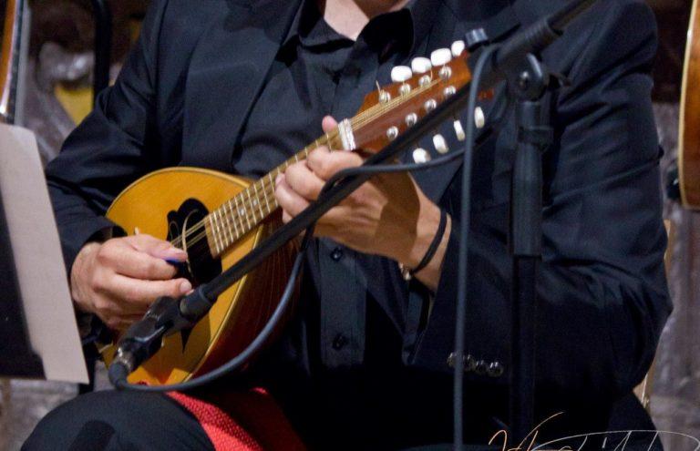 Strumenti Musicali: Mandolino. Strumenti di origine Italiana. Mandolino suonato da luca fabrizio