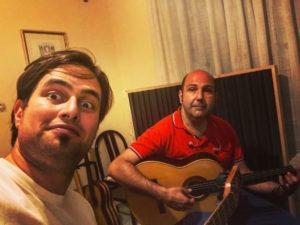 Fotografia durante la registrazione del brano albero solitario composto dal maestro Angelo Gilardino per chitarra classica e chitarra battente presso l'home studio recording di marcello de carolis
