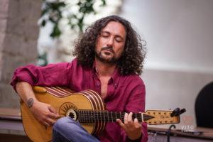 la chitarra battente di francesco loccisano in concerto, ospite del duo cordaminazioni (Marcello de carolis, luca fabrizio) ad avigliano, provincia di potenza, basilicata, italia.