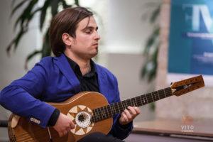 la chitarra battente di marcello de carolis, componente del duo cordaminazioni, in concerto ad avigliano, provincia di potenza, basilicata, ilucania, italia