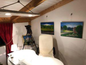 Lo studio fotografico del maestro fotografo vito d'andrea utilizzato come set per rappresentare lo studio del maestro angelo gilardino con i quadri di maria santarsiero
