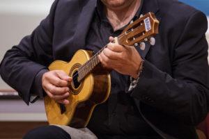 Cavaquinho suonato in Italia dal musicista lucano Luca Fabrizio (Cordaminazioni)